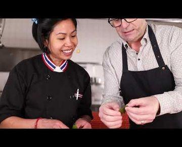 GET Naked - Nui kocht   Folge 1 - Grünes Curry mit Garnelen  &  Gerold Rudle